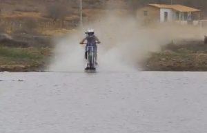maetinga-moto-rodando-sobre-a-agua-brumado-noticias-07